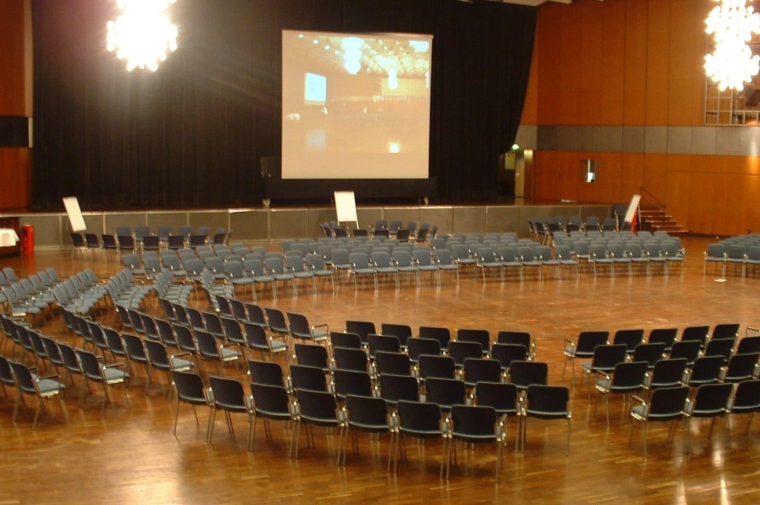 Stuhlreihen bei Großgruppenkonferenz